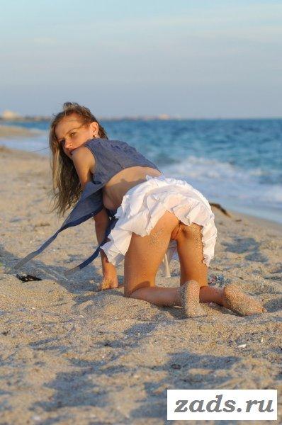 Голая молоденькая девочка на берегу моря
