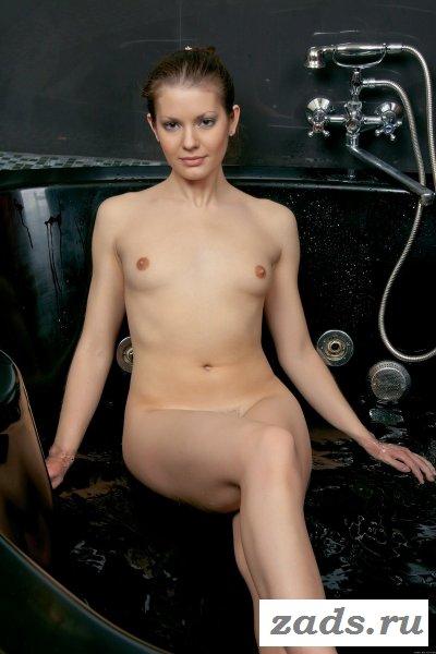 Без одежды в большой ванне