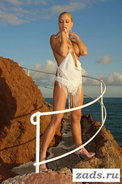 Женщина на берегу моря