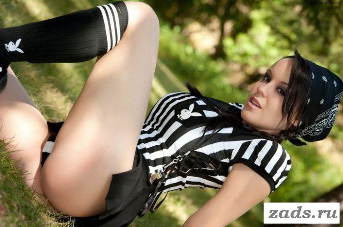 Студентка в короткой юбке на природе