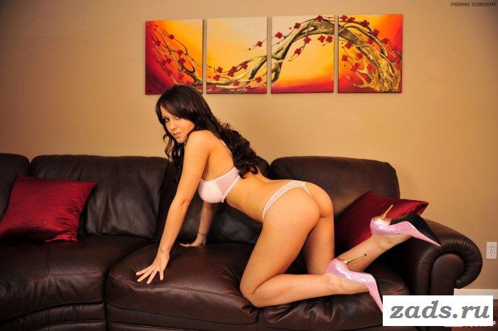 Секретарша в кабинете на коричневом диване.