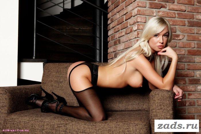 Блондинка любит чулки (20 фотографий)