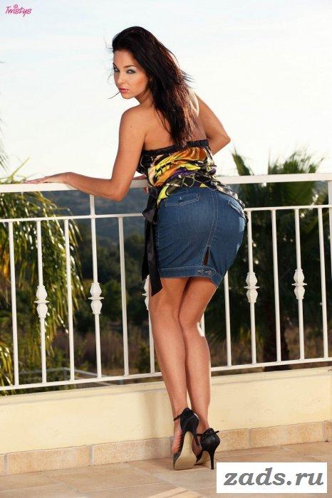 Красиво одетая милашка на балконе