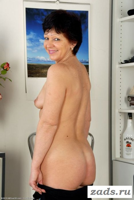 Раздетая секретарша светит волосатой пиздой