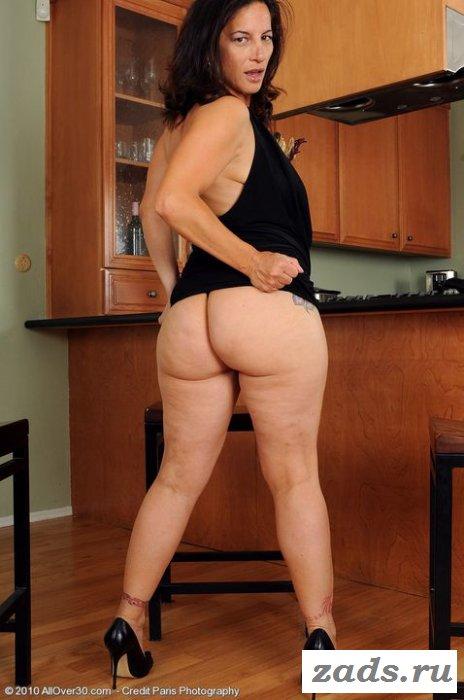 Голая дама с огромной пиздой раздвинула ножки
