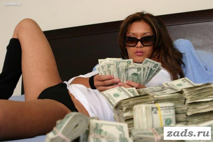 Классная обнаженная девушка купается в деньгах