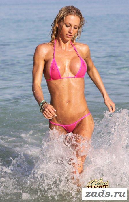 Спортивная нудистка добралась до пляжа и вывалила сиськи
