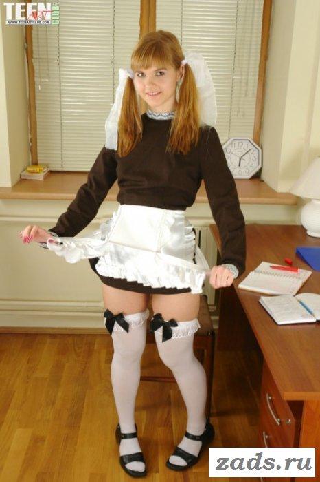 Телка сексуально снимает свой школьный костюм