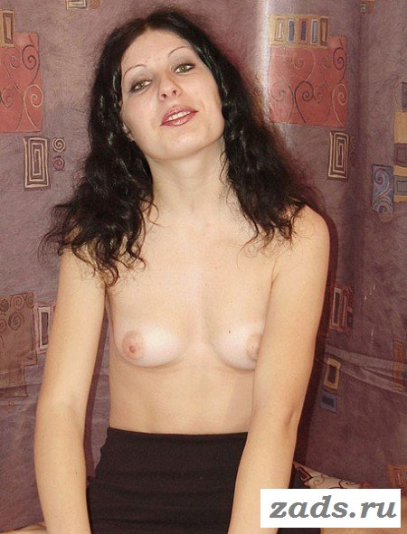 Обаятельная голая брюнетка в домашней эротике