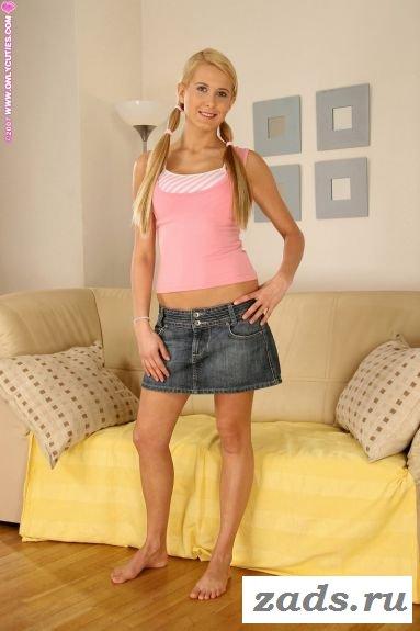 Блондинка в юбке полностью оголяется