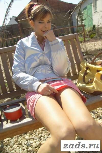 Стройная девица обнажается под юбкой