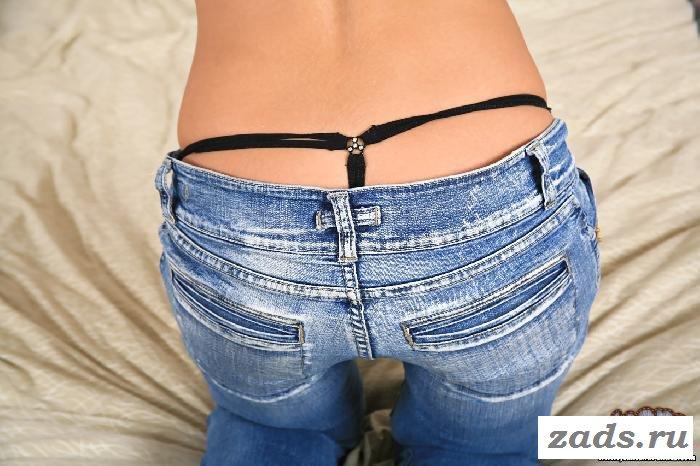 Сексуальные стринги на обнажённой попке под джинсами