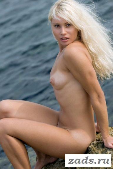 Симпатичная белокурая нудистка разделась на пляже