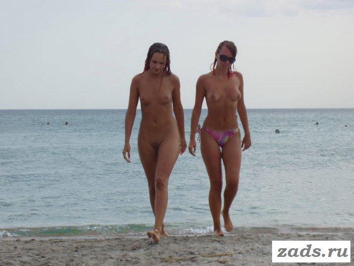 Веселье с голыми малышками у моря