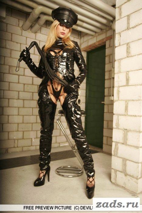 Классная блондинка прижималась голая к стене