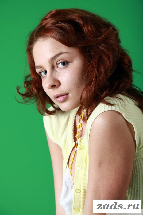 Рыжая совершеннолетняя нежит волосатую щелку