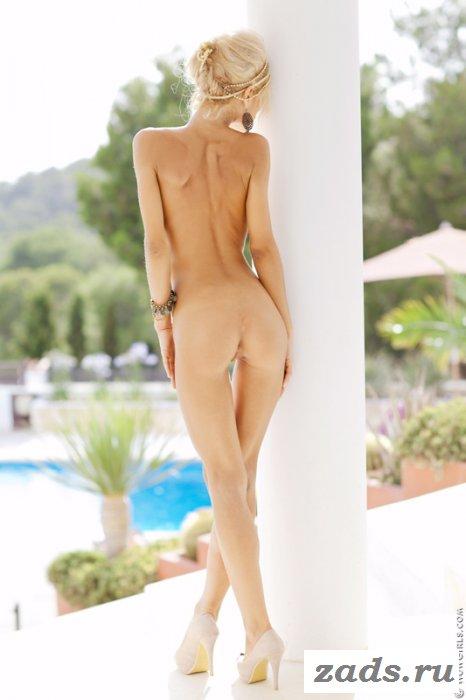 Худосочная сучка с сексапильной попкой у колонны