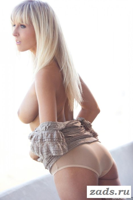 Продолговатые груди романтичной блондиночки