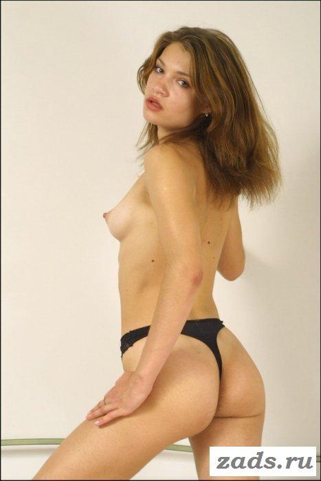 Изворотливая шлюшка с небольшой грудью