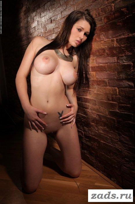 Поглаживает сексуальное тело и огромные груди
