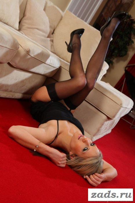 Присела на мягкий диванчик поправить чулки