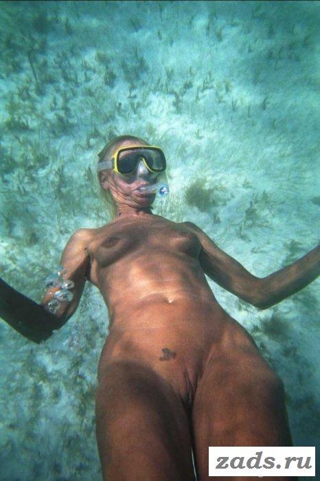 Свободные голые люди отдыхают на пляже