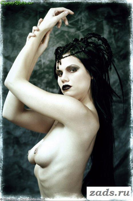 В образе ведьмы голая брюнетка