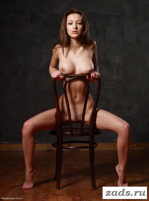 Шатенка в неглиже обхватила ногами стульчак