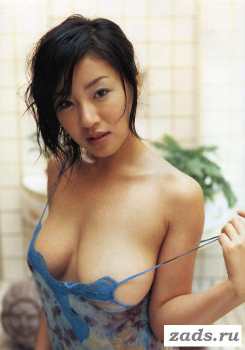 Невысокая  грудастая азиатка живет в удовольствие