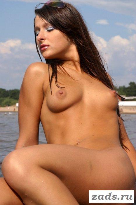 Девица голышом облюбовала небольшой залив