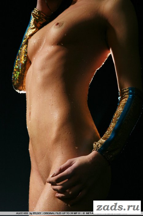 Влага поливает сексапильное тело брюнетки