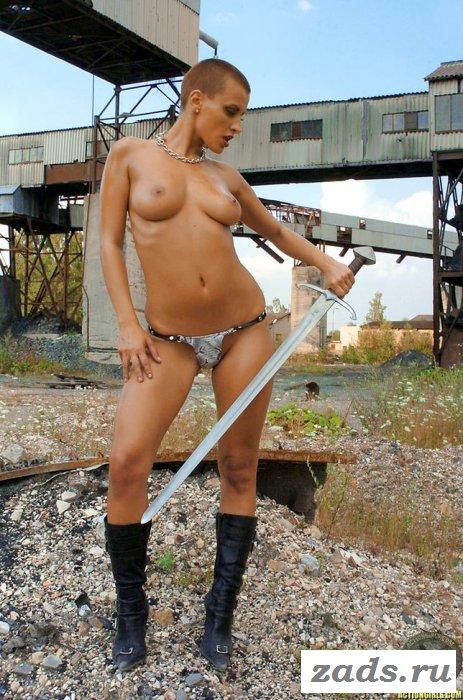 Воительница с красивой грудью тренируется