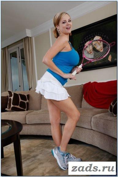 Спортсменка с ракеткой обнажается дома (10 фото)