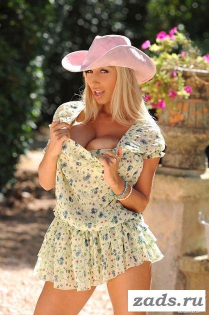 Раздетая грудастая блондинка во дворе (10 фото)
