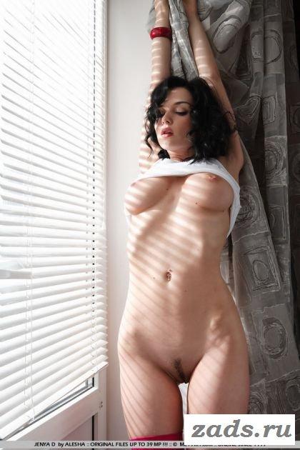 Страстная голая студентка в красных чулках (10 фото)
