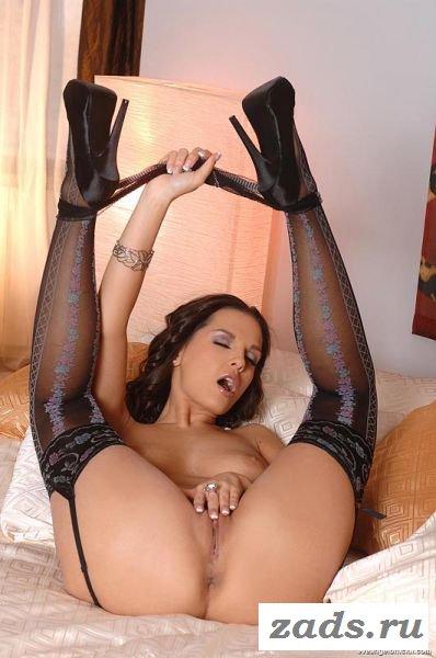 Сексуальные ножки  красивой раздетой девушки (10 фото)