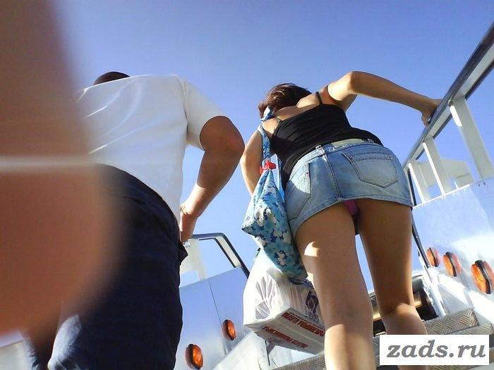 Классные голые попки под юбками (10 фото)