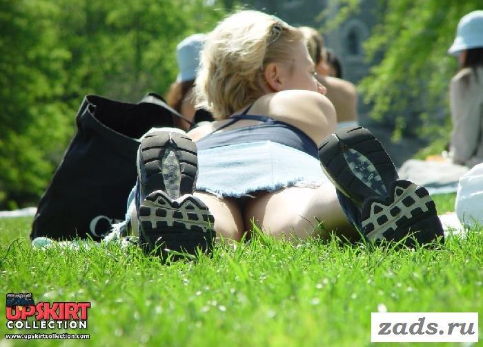 Деваха в юбке на траве светит голой попкой (10 фото)