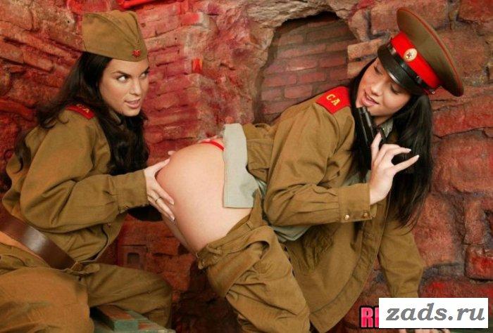Эротика с подругами в военной униформе (10 фото)