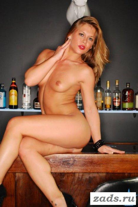 Дамочка разделась на барной стойке (10 фото)