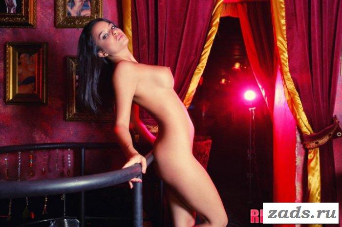 Сексуальный танец с оголением в клубе (10 фото)