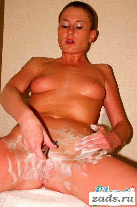 Раздетая кроха с короткой стрижкой купается в ванной (10 фото)
