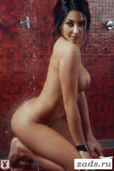Не настоящая грудь обнажённой девахи (10 фото)