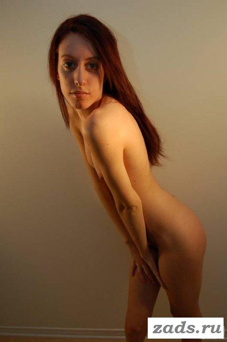 Худенькая самочка оголяется от нижнего белья (10 фото)