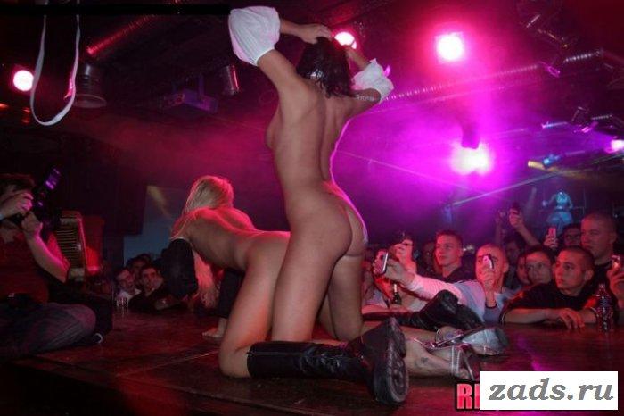 Две раздетые стриптизёрши на сцене (10 фото)