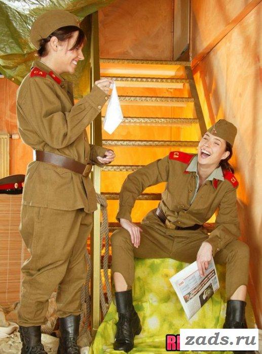 Обнажённые девушки в военной униформе (10 фото)