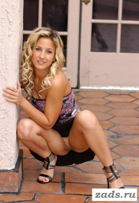 раздетая блондинка устроила показ под юбкой (10 фото)