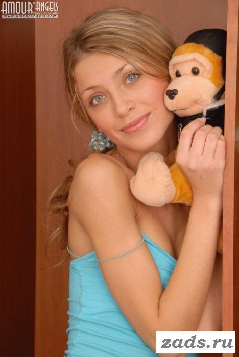 Эротика в спальне с юной принцессой (10 фото)