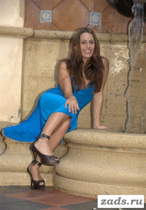 Классная девушка оголяется от платья (10 фото)