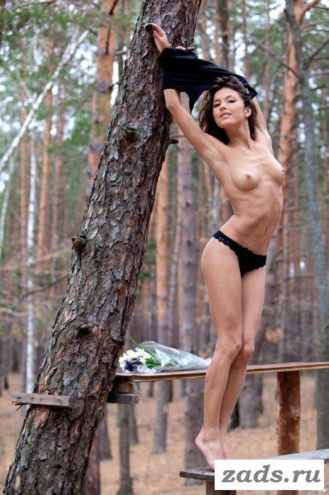Показывает обнажённую задницу в лесу (10 фото)